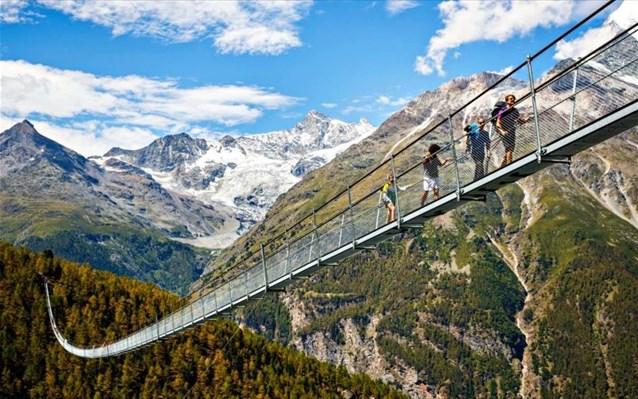 Ελβετία: Η μεγαλύτερη πεζογέφυρα του κόσμου άνοιξε στις Άλπεις
