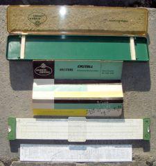 rechenstab 001  Το πακέτο - Θήκη, οδηγίες χρήσεως, ο υπολογιστήρας και ένα λεπτός πλαστικός χάρακας με χρήσιμες ταμπέλες.