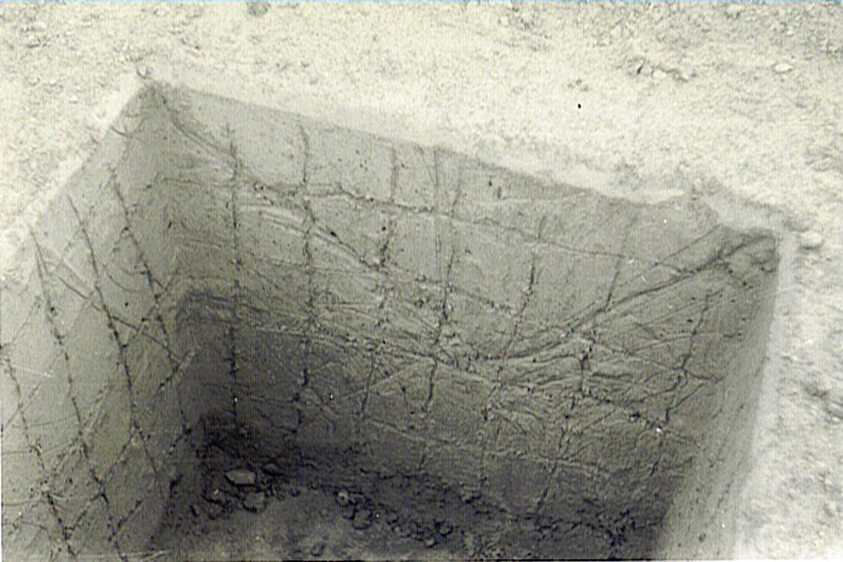 """uni 009 """"Γούρνα"""" θεμελίωσης είναι για κάποιο λόγο όμως """"σοβατίστηκε"""" ίσως επειδή σκάφτηκε όσο και το πέδιλο."""