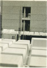 uni 012 Πλάκες Zoellner πιθανώς με κάναβο αξόνων1,20Χ1,20Όλα τα κτίρια ήταν μελετημένα στον κάναβο 1,20Χ1,20(Καλά αν χρειασθεί κλέβουμε κιόλας!)Στο βάθος η όψη από ξεπλυμένο μπετό (ήταν της ...μόδας τότε τα βοτσαλάκια)