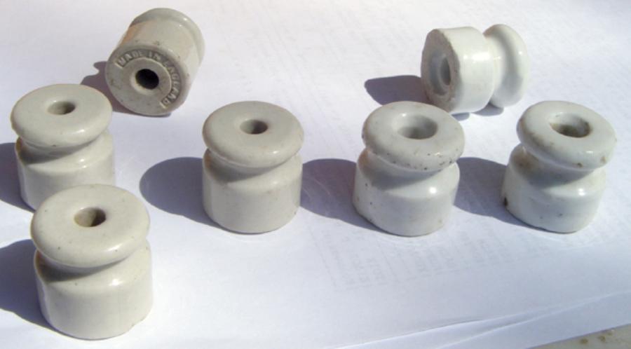 monotir 006 Μονωτήρες πορσελάνης d=2,5 cm, h=2,5 cm με διαφορετικές οπές