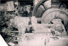 Παλιά τετράχρονη μονοκύλινδρη ντιζελομηχανή σε εγκαταλελειμμένο ελαιοτριβείο. Σαμοθράκη, 2002.