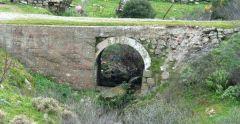 Παλιό μικρό τεχνικό στην είσοδο του Μανταμάδος (στον παλιό δρόμο) από την πλευρά της Κάπης. (Λέσβος)