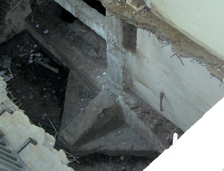 Οικονομία : Πέδιλο κεντρικού υποστυλώματος πενταώροφης με υπόγειο, όπως φτιαχνόταν την εποχή του μεσοπολέμου.