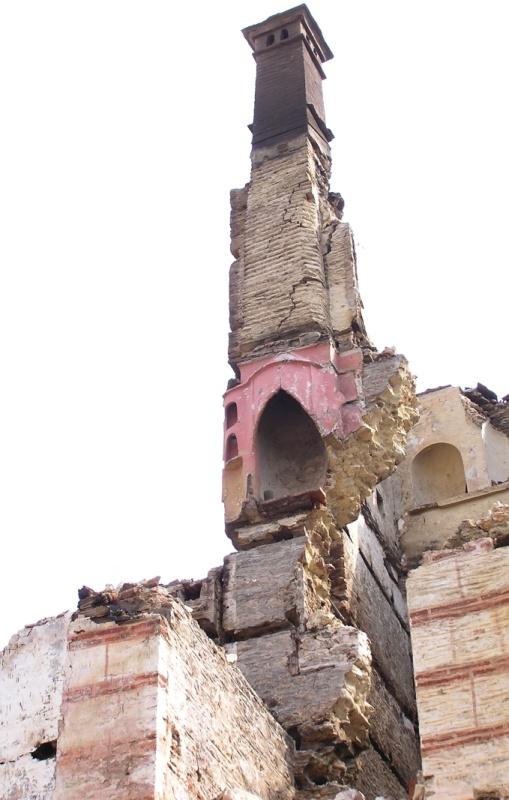 Το άκρον άωτον της ευστάθειας: Ότι απέμεινε από τετραώροφο κτήριο μετά από πυρκαγιά. (πυρκαγιά Ι.Μ. Χελανδαρίου, 2004, Άγιον Όρος)