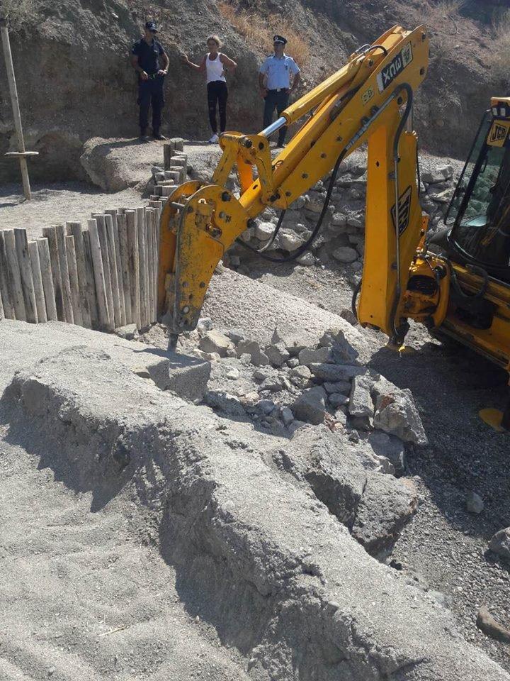 Από την κατεδάφιση αυθαιρέτων κατασκευών στην Αθηνών-Σουνίου